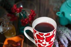 Tè in una tazza con i cuori il giorno del biglietto di S. Valentino della st Fotografia Stock Libera da Diritti