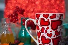 Tè in una tazza con i cuori il giorno del biglietto di S. Valentino della st Fotografie Stock Libere da Diritti