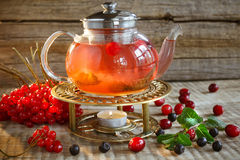 Tè variopinto rosso Teiera di vetro con tè saporito caldo con il limone, h Fotografie Stock