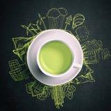 Tè verde con gli scarabocchi di ecologia del cerchio Elementi schizzati di eco con la tazza di tè verde fotografia stock libera da diritti