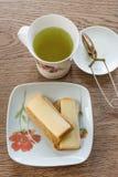 Tè verde con i cracker ed il formaggio Fotografia Stock