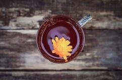Tè verde con i petali della calendula immagine stock