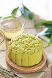 Tè verde con il mooncake della pasta del fagiolo rosso Fotografia Stock Libera da Diritti