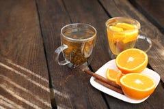 Tè verde con l'arancia, tè verde di fioritura in un vetro immagine stock