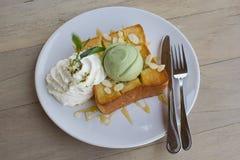 Tè verde del gelato sul pane tostato del miele e sulla crema della frusta Fotografia Stock Libera da Diritti