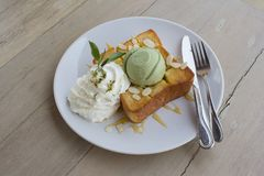 Tè verde del gelato sul pane tostato del miele e sulla crema della frusta Immagine Stock