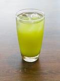 Tè verde del ghiaccio su una tavola Fotografia Stock