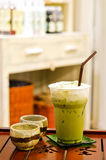Tè verde delizioso del ghiaccio sulla tabella di legno Fotografie Stock Libere da Diritti