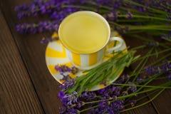 Tè verde delizioso in una bella ciotola di vetro sulla tavola Fotografia Stock Libera da Diritti