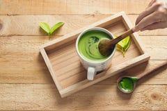 Tè verde della disintossicazione, rinfrescante per la salute sul vassoio di legno Immagine Stock Libera da Diritti