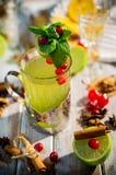 Tè verde della frutta con le bacche immagini stock