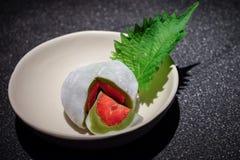 Tè verde Mochi (tè verde Daifuku della fragola della fragola) fotografia stock libera da diritti