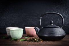 Tè verde in teiera della ghisa Immagine Stock