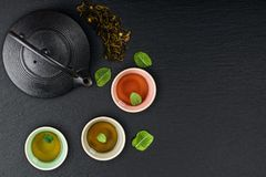 Tè verde in teiera della ghisa Immagini Stock Libere da Diritti