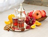 Té árabe tradicional con la tetera y las frutas del metal foto de archivo