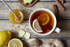 Té útil de la bebida sana antivirus con el jengibre, el limón y la miel Concepto caliente de la bebida del invierno imagen de archivo libre de regalías