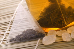 Té blanco, bolsita de té de nylon y azúcar Foto de archivo libre de regalías