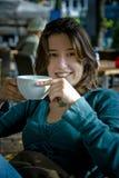 Té/café de consumición de la mujer foto de archivo