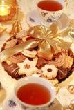 Té caliente con las galletas dulces Imagenes de archivo