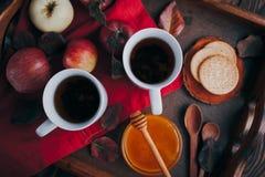 Té caliente con las manzanas y la miel en una bandeja Autumn Harvest Imagen de archivo libre de regalías