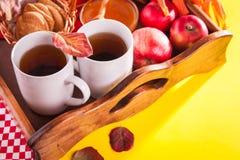Té caliente con las manzanas y la miel en una bandeja Autumn Harvest Imágenes de archivo libres de regalías