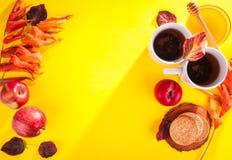 Té caliente con las manzanas y la miel en una bandeja Autumn Harvest Fotografía de archivo libre de regalías