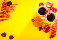 Té caliente con las manzanas y la miel en una bandeja Autumn Harvest Imagen de archivo