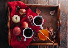 Té caliente con las manzanas y la miel en una bandeja Autumn Harvest Imagenes de archivo