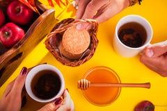 Té caliente con las manzanas y la miel en una bandeja Autumn Harvest Fotos de archivo