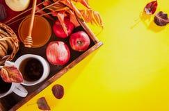 Té caliente con las manzanas y la miel en una bandeja Autumn Harvest Foto de archivo libre de regalías