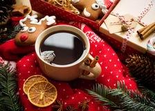 Té caliente de la Navidad con las especias y el pan de jengibre de la Navidad Todavía de la Navidad vida Imagen de archivo