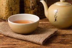 Té chino en taza con la caldera en la derecha foto de archivo libre de regalías
