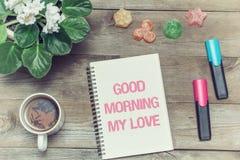 Té con dulces y una inscripción en cuaderno: Buena mañana mi amor Foto de archivo