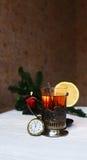 Té con el limón en mi soporte de vaso con la cuchara Foto de archivo