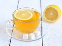 Té con el limón en una taza transparente Imagen de archivo libre de regalías