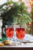 Té con el limón, las mandarinas, las galletas y las nueces en la decoración de la Navidad con el árbol de navidad, las nueces y l Foto de archivo