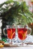 Té con el limón, las mandarinas, las galletas y las nueces en la decoración de la Navidad con el árbol de navidad, las nueces y l Fotografía de archivo