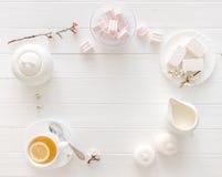 Té con el limón, los macarrones y el marshmellow, textspace Imagen de archivo