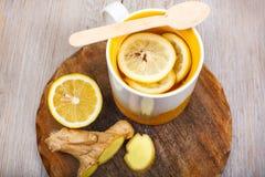 Té con el limón y el jengibre como medicina natural Imagen de archivo libre de regalías