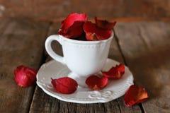 Té con el pétalo color de rosa y el azúcar Imágenes de archivo libres de regalías