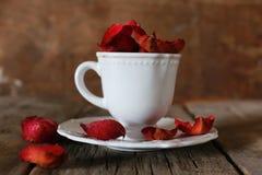 Té con el pétalo color de rosa y el azúcar Fotografía de archivo