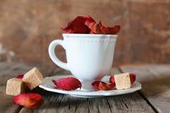 Té con el pétalo color de rosa y el azúcar Foto de archivo