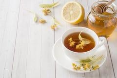 Té con el tilo, la miel y el limón Comida sana, tratamiento de fríos Imagen de archivo libre de regalías