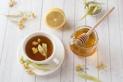 Té con el tilo, la miel y el limón Comida sana, tratamiento de fríos Fotos de archivo libres de regalías