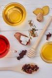 T? con la miel, el jengibre y el lim?n en el fondo de madera imagen de archivo