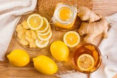 Té con la miel, limón y jengibre e ingredientes para su preparación Imagen de archivo