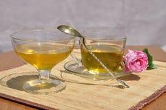 Té con la rosa del té y la abeja de la miel Fotos de archivo