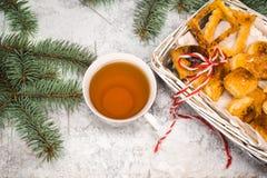 Té con las galletas del gingebread por la tarde de la Navidad Ahueque cerca de rama spruce en el copyspace de madera blanco de la Fotografía de archivo