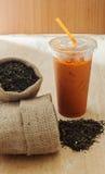 Té con las hojas de té, aún tono de la leche helada de la vida Fotos de archivo