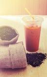 Té con las hojas de té, aún tono de la leche helada de la vida Fotografía de archivo